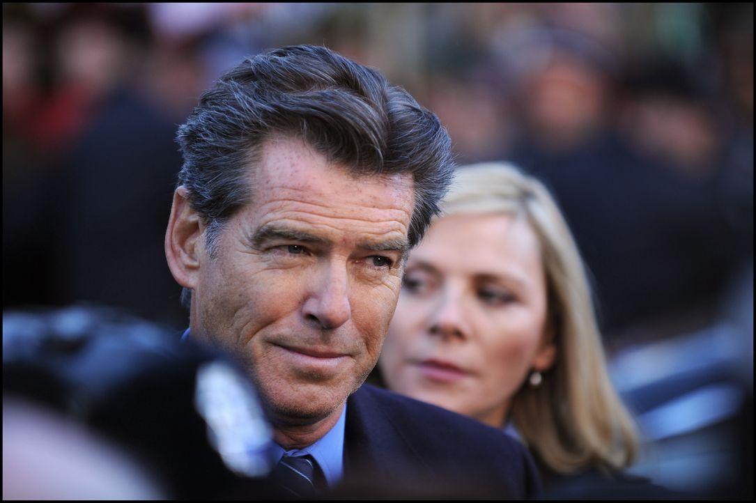 Um nicht ausgeliefert werden zu können, zieht sich der ehemalige britische Premierminister Adam Lang (Pierce Brosnan, l.) mit Ehefrau Ruth und Assis... - Bildquelle: Kinowelt GmbH