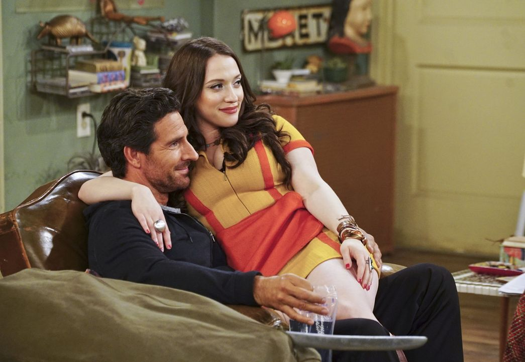 Max (Kat Dennings, r.) lässt Randy (Ed Quinn, l.) eine Nacht lang in ihrem Apartment schlafen, hat dabei aber leichte Bedenken. Diese sind durchaus... - Bildquelle: 2016 Warner Brothers
