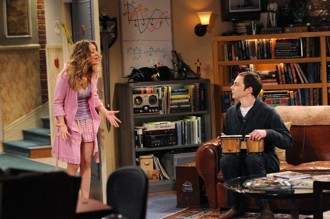 Sheldon (Jim Parsons, r.) lässt seinen Gefühlen in Form von ganz speziellen Trommelrhythmen freien Lauf, was Penny (Kaley Cuoco, l.) zum Wahnsinn tr... - Bildquelle: Warner Bros. Television