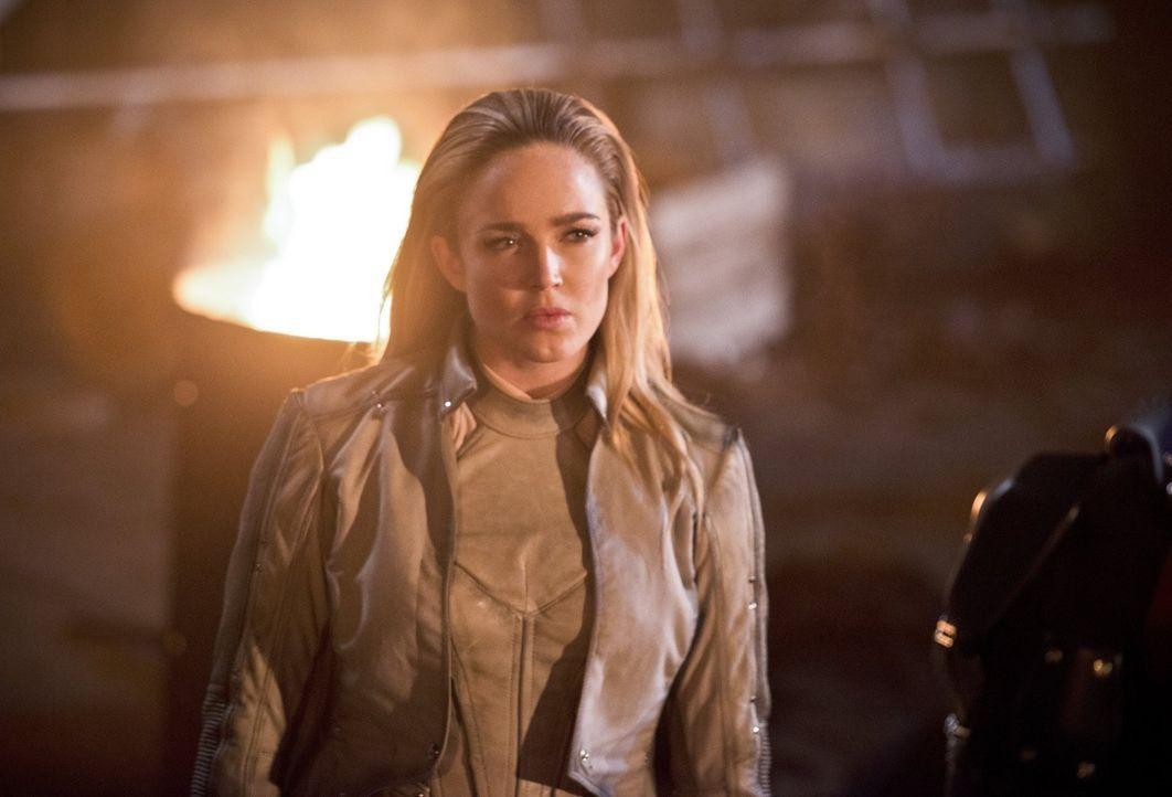 Als Sara alias White Canary (Caity Lotz) erkennt, was in Star City geschehen ist, schleicht sich bei ihr der Wunsch ein, ihrer Stadt helfen zu wolle... - Bildquelle: 2015 Warner Bros.