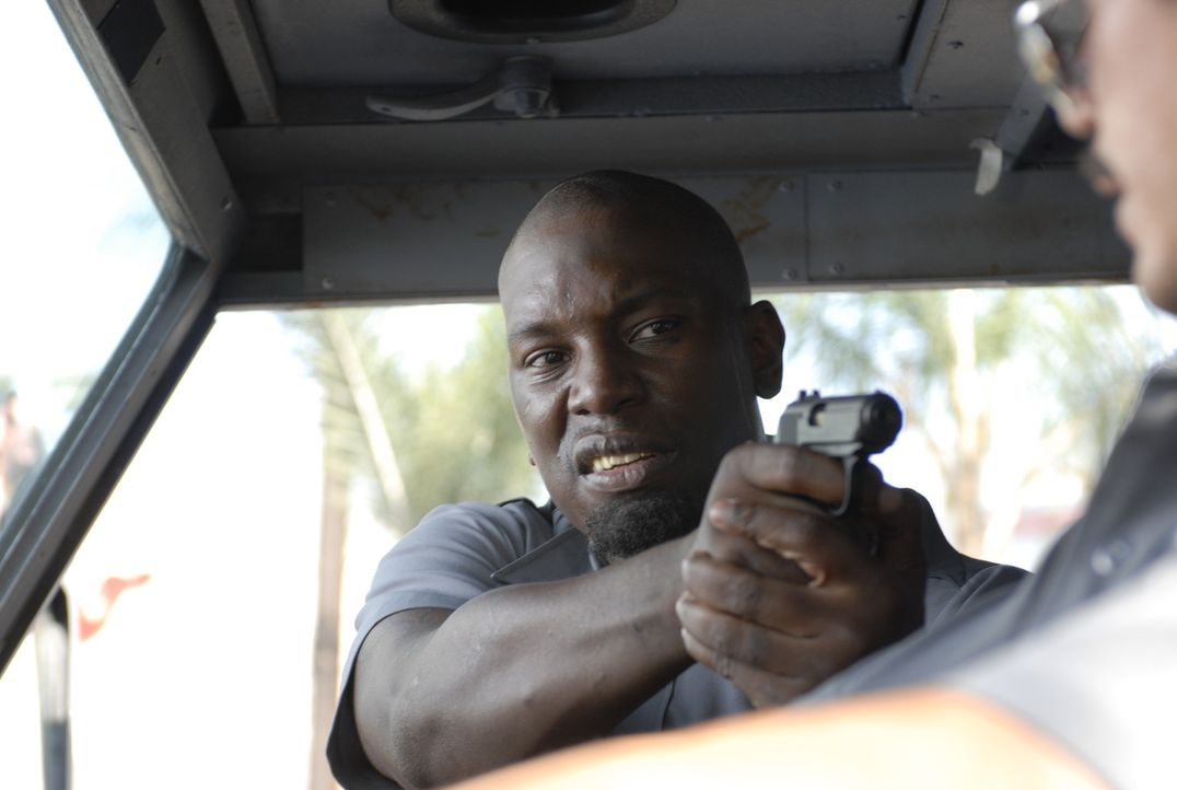 Nach einem brutalen Überfall von Gangsterboss Adell Baldwin (Tyrese Gibson, l.) gerät das Leben des Geldtransportchauffeurs Felix (John Leguizamo, r... - Bildquelle: 2008 Boyle Heights, LLC. All Rights Reserved.
