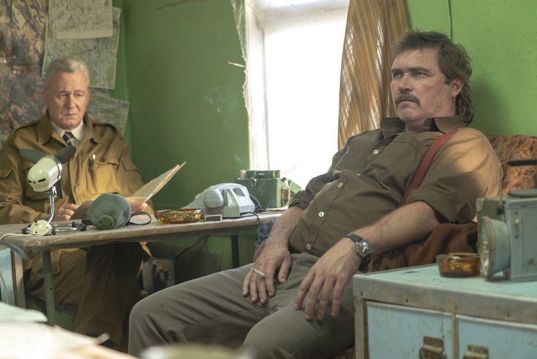 Boris Schtscherbina (Stellan Skarsgård, l.); Glukhov (Alex Ferns, r.) - Bildquelle: Sky UK Ltd/HBO