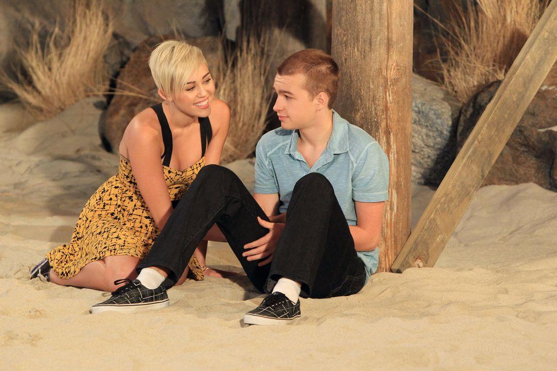 Wie wird es mit Jake (Angus T. Jones, r.) und Missi (Miley Cyrus, l.) weitergehen? - Bildquelle: Warner Brothers Entertainment Inc.