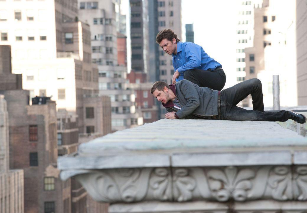 Was führend Nick Cassidy (Sam Worthington, r.) und sein Bruder Joey (Jamie Bell, l.) im Schilde? - Bildquelle: 2011 Concorde Filmverleih GmbH