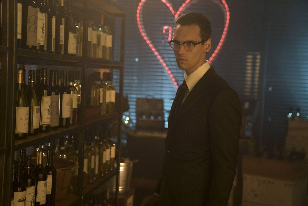 Während Nygma (Cory Michael Smith) eine Frau kennenlernt, die eine unglaubliche Ähnlichkeit mit Miss Kringle aufweist, wird Gordon von Tetch auf ein... - Bildquelle: Warner Brothers