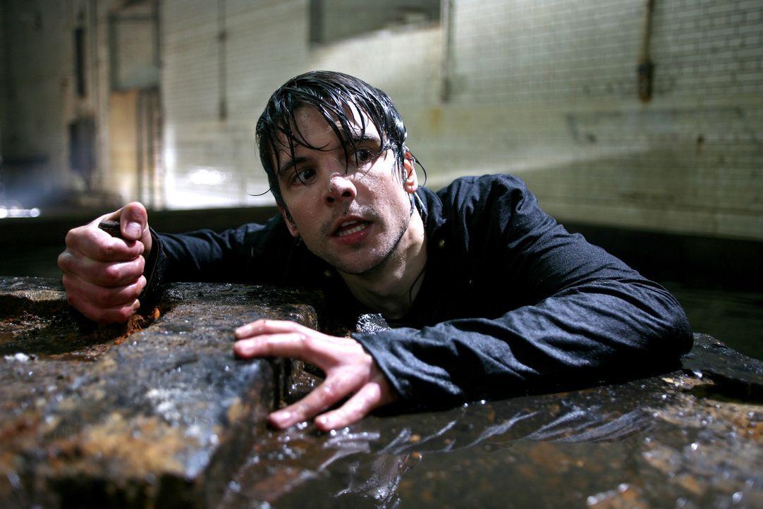 Connor (Andrew Lee Potts) versucht Abby aus den Fängen des Monsters zu retten ... - Bildquelle: ITV Plc
