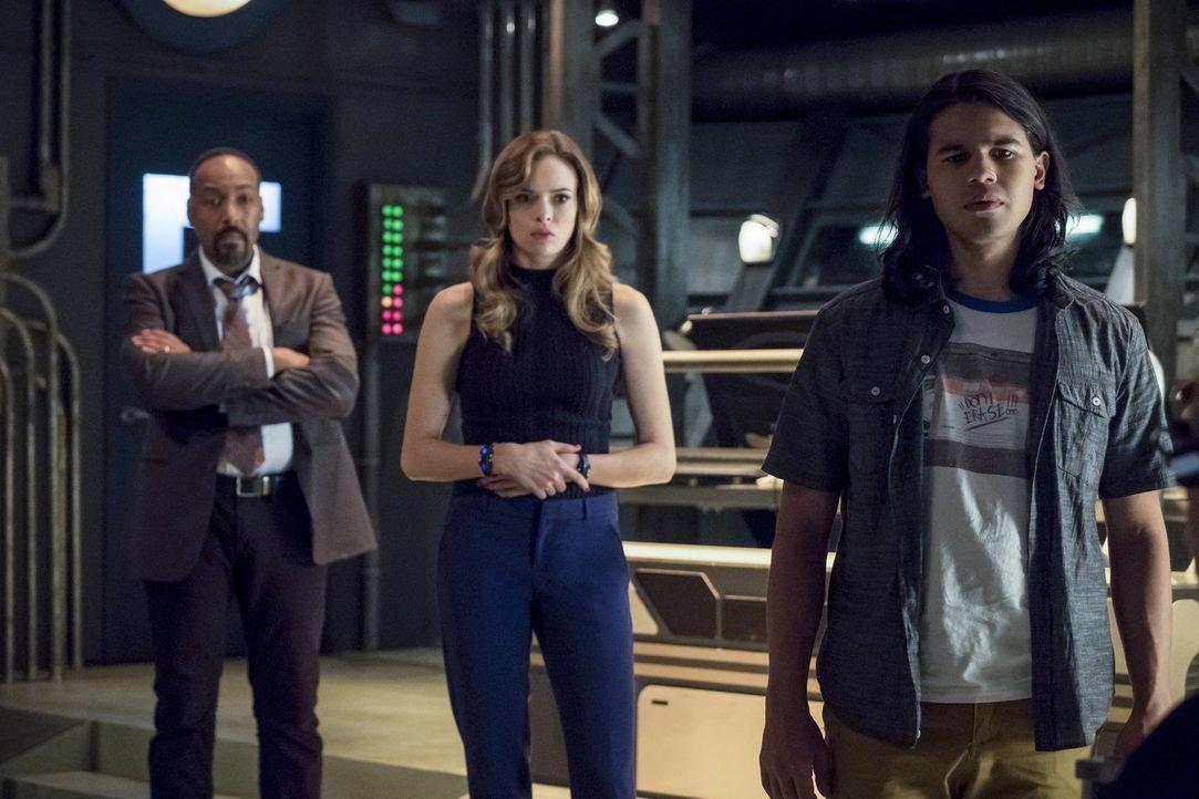 Noch ahnen Joe (Jesse L. Martin, l.), Caitlin (Danielle Panabaker, M.) und Cisco (Carlos Valdes, r.) nicht, welche erschreckenden Kräfte der mysteri... - Bildquelle: 2016 Warner Bros.