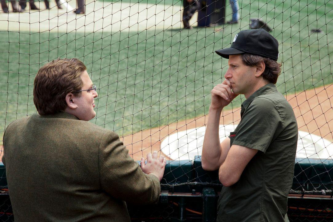 Am Set: Regisseur Bennett Miller, r. und Schauspieler Jonah Hill, l. - Bildquelle: 2011 Columbia TriStar Marketing Group, Inc.  All rights reserved.