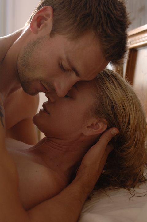 Eigentlich sollte Jack (Andrew Walker, l.) Melanie (Sarah Wynter, r.) im Auftrag ihres Mannes entführen und ermorden. Stattdessen verliebt er sich... - Bildquelle: INCENDO ABDUCTED PRODUCTION INC: ALL RIGHTS RESERVED