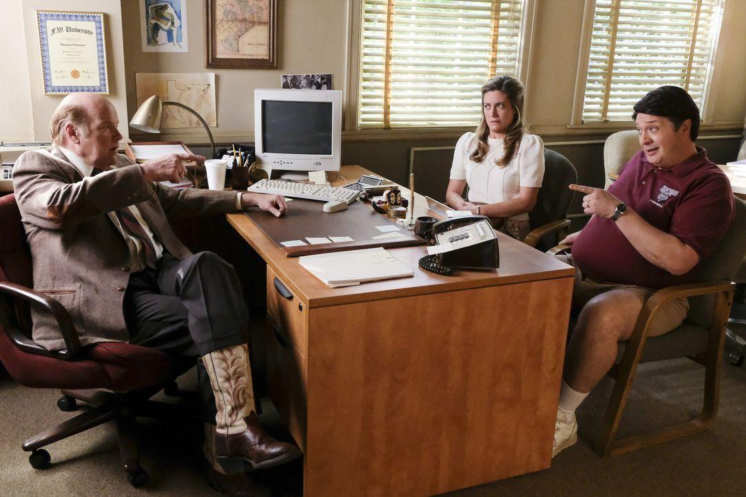 Als Sheldon wegen kursierenden Keimen nicht mehr zum Unterricht kommt, wird er von Direktor Petersen (Rex Linn, l.) suspendiert. Jetzt müssen Mary (... - Bildquelle: Warner Bros. Television