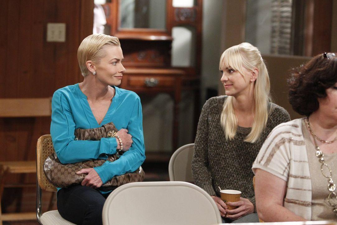 Christy (Anna Faris, r.) versucht, Jill (Jaime Pressly, l.), die neu bei den Anonymen Alkoholikern ist, zu helfen. Doch wird es ihr gelingen? - Bildquelle: Warner Bros. Television