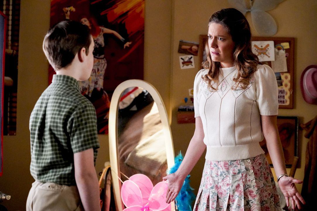 Sheldon Cooper (Iain Armitage, l.); Mary Cooper (Zoe Perry, r.) - Bildquelle: 2020 Warner Bros. Entertainment Inc. All Rights Reserved.