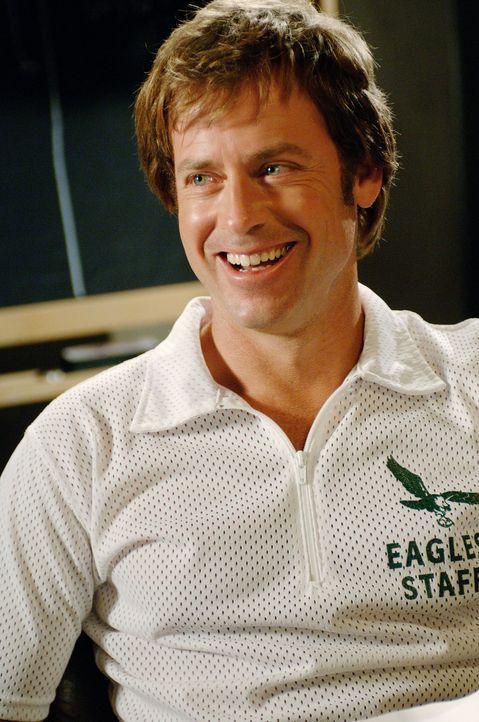 """Der neue Coach des Footballteams """"Philadelphia Eagles"""", Dick Vermeil (Greg Kinnear), lädt zu einem öffentlichen Probetraining ein, in der Hoffnung... - Bildquelle: Ron Phillips Disney Enterprises, Inc.  All rights reserved"""