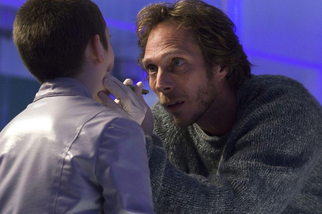 Um herauszufinden, ob der kleine Six (Cameron Bright, l.) wirklich Träger des Heilmittels ist und somit die letzte Hoffnung aller Vampire, nimmt der... - Bildquelle: 2006 Screen Gems, Inc. All Rights Reserved.