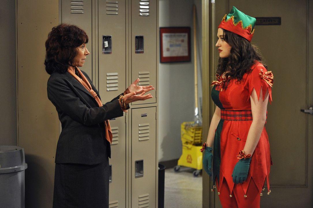 Max (Kat Dennings, r.) wird in einem Kaufhaus als Weihnachtselfe engagiert. Jedoch ist ihre Arbeitgeberin mit dem Outfit weniger zufrieden: Viel zu... - Bildquelle: Warner Brothers