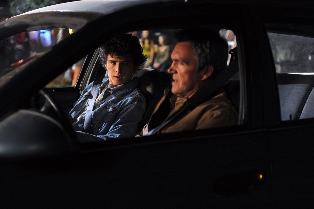 Als Mike (Neil Flynn, r.) Axl (Charlie McDermott, l.) bei Schule schwänzen erwischt, schleppt er ihn kurzerhand mit in den Steinbruch ... - Bildquelle: Warner Brothers