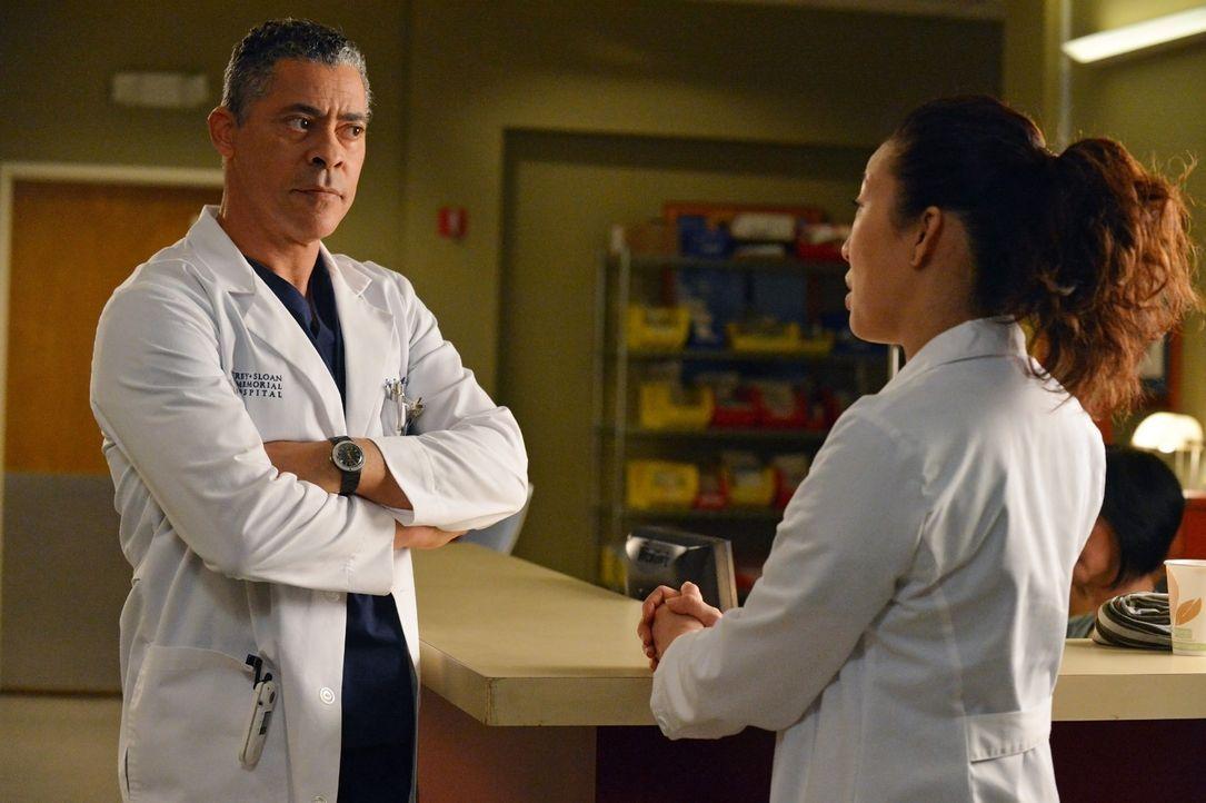 Russell (Dominic Hoffman, l.) erfährt von Christina (Sandra Oh, r.), dass sein Etat gekürzt werden soll ... - Bildquelle: ABC Studios