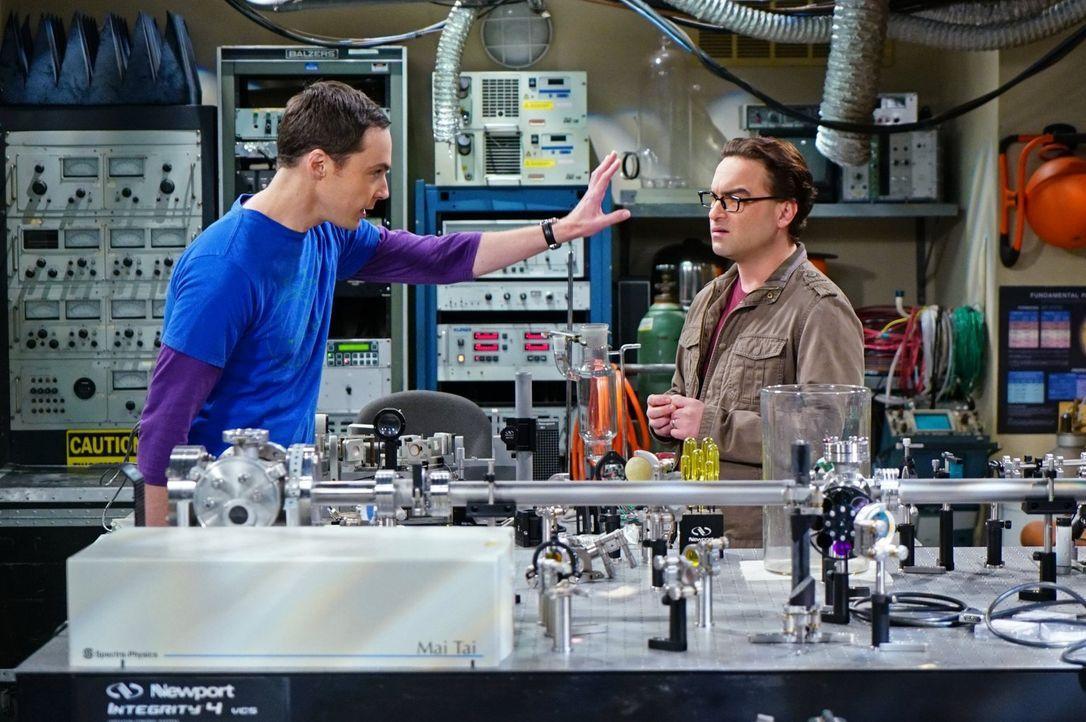 Schwedische Wissenschaftler wollen Leonard (Johnny Galecki, r.) und Sheldon (Jim Parsons, l.) den Ruhm für ihre Superfluid-Helium-Theorie klauen. Da... - Bildquelle: 2015 Warner Brothers