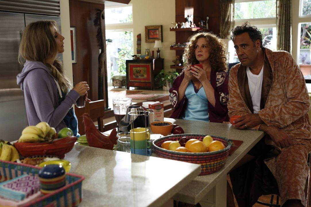 Elaine (Elizabeth Perkins, M.) und Max (Brad Garrett, r.) müssen sich um die junge Natalie kümmern, als sich Polly (Sarah Chalke, l.) am Rücken verl... - Bildquelle: 2013 American Broadcasting Companies. All rights reserved.
