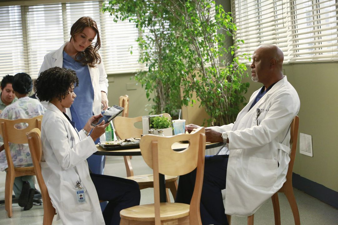 Richard (James Pickens Jr., r.) will Maggie (Kelly McCreary, l.) mehr über ihre leibliche Mutter erzählen. Sie werden allerdings von Jo (Camilla Lud... - Bildquelle: ABC Studios
