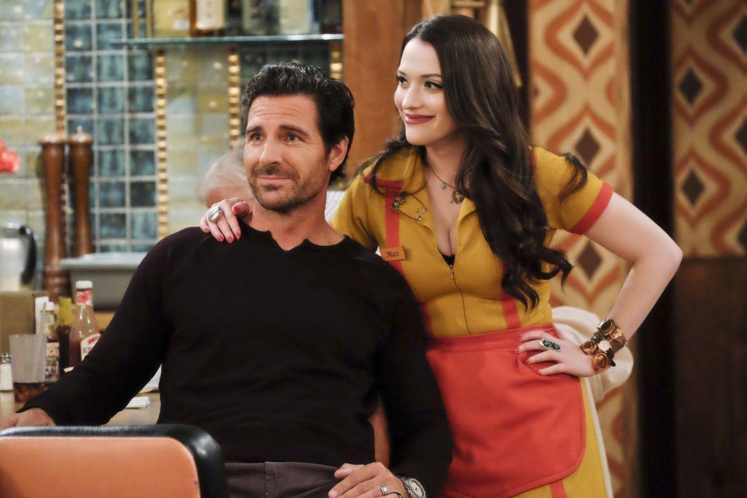 Randy (Ed Quinn, l.) muss wieder nach L.A. zurückkehren und will von Max (Kat Dennings, r.) wissen, wie ihre Beziehung nun weitergehen soll. Die wei... - Bildquelle: 2016 Warner Brothers