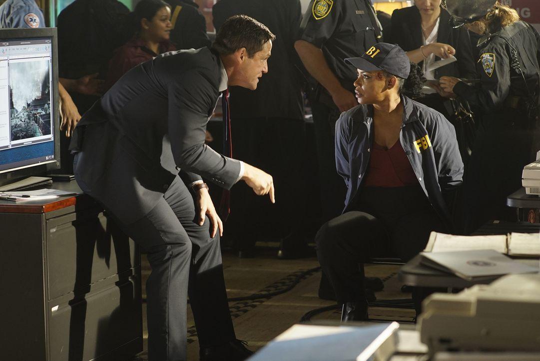 Miranda (Aunjanue Ellis, r.) muss sich vor Liam (Josh Hopkins, l.) rechtfertigen, nachdem sie Alex zur Flucht verholfen hat ... - Bildquelle: 2015 ABC Studios