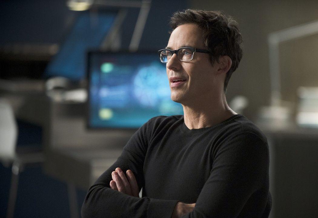 Finden Joe und Cisco in Barrys Elternhaus wirklich Beweise, die Harrison (Tom Cavanagh) als Mörder von Nora überführen können? - Bildquelle: Warner Brothers.