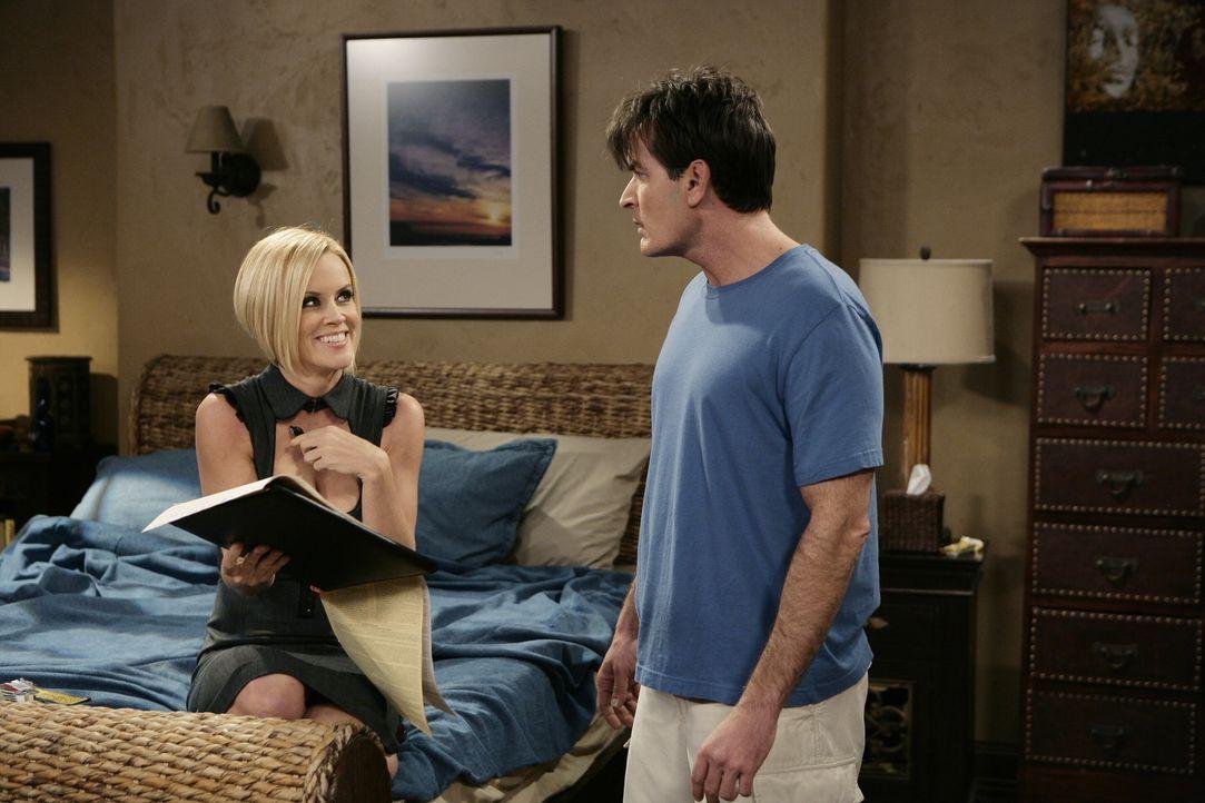 Charlie (Charlie Sheen, r.) bricht sein Versprechen und verbringt mit Courtney (Jenny McCarthy, l.)  nette Stunden im Bett. Doch plötzlich tauchen... - Bildquelle: Warner Brothers Entertainment Inc.