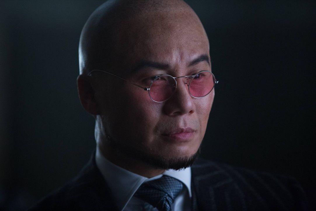 Alfred und Selina unterstützen Bruce bei der Suche nach Matches Malone, den er für den Killer seiner Eltern hält, während Dr. Strange (B.D. Wong) we... - Bildquelle: Warner Brothers
