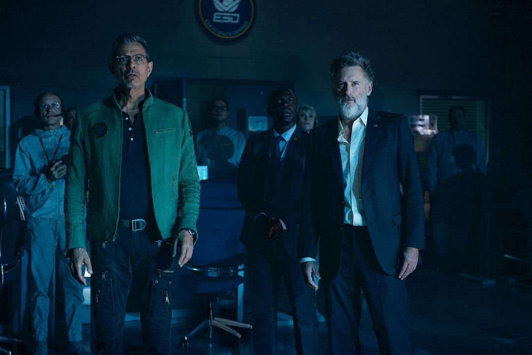 Als in der Verteidigungsbasis auf dem Mond ein riesiges, rundes Raumschiff auftaucht, ahnen David Levinson (Jeff Goldblum, l.) und Präsident Whitmor... - Bildquelle: 2016 Twentieth Century Fox Film Corporation.  All rights reserved.