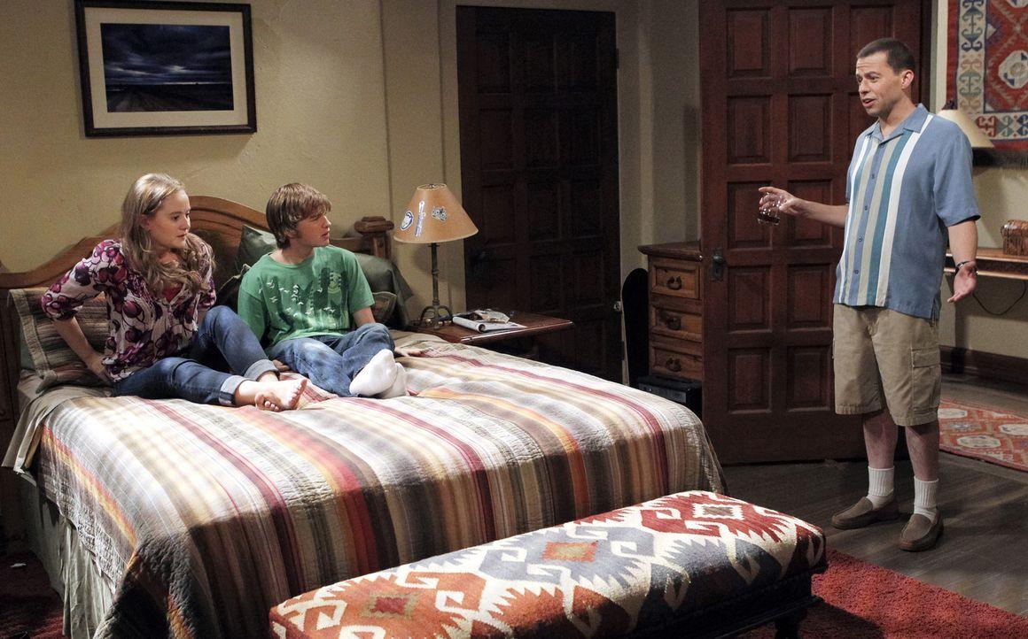 Durch seine tiefe Persönlichkeitskrise, die darin gipfelt, dass er sich für Charlie hält, fühlen sich Jake (Angus T. Jones, M.) und Megan (Macey... - Bildquelle: Warner Brothers Entertainment Inc.