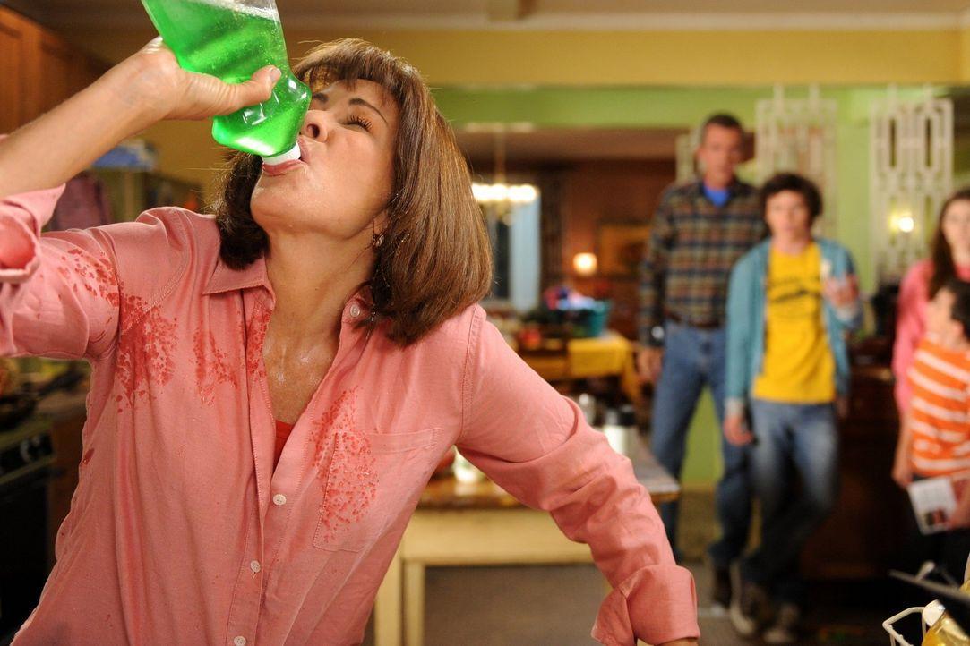 Frankie (Patricia Heaton) hat die Schnauze voll von den Mätzchen ihrer Familie und beschließt, vorübergehend bei ihrer Mutter zu wohnen. Nun müssen... - Bildquelle: Warner Brothers