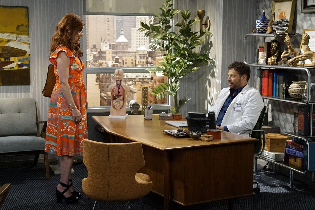 Nachdem Grace (Debra Messing, l.) schockiert feststellt, dass ihr Ex-Mann Leo (Harry Connick Jr., r.) immer noch ihr Notfallkontakt ist, sorgt das s... - Bildquelle: Chris Haston 2017 NBCUniversal Media, LLC