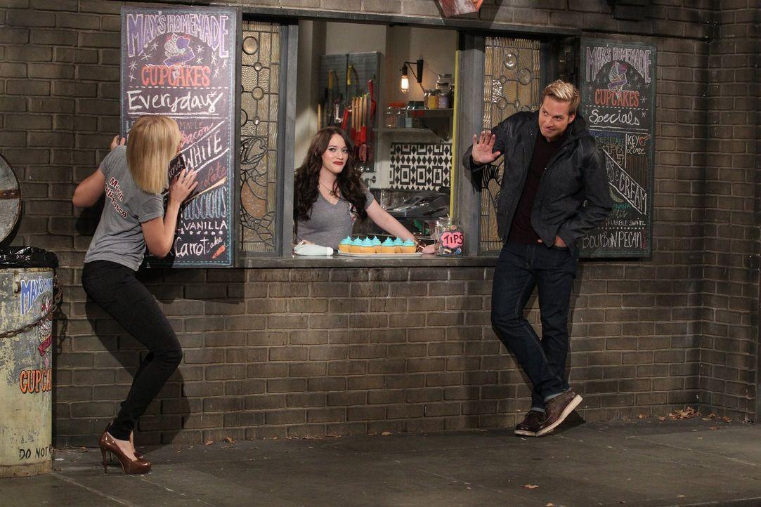 Sie versucht sich noch zu verstecken, doch es ist zu spät: Ihr Ex-Freund Andy (Ryan Hansen, r.) hat Caroline (Beth Behrs, l.) schon entdeckt und auc... - Bildquelle: Warner Brothers