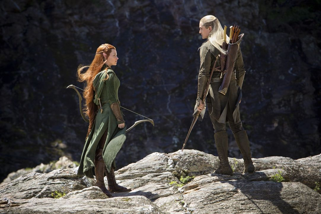 Als sich Bilbo und die Zwerge durch den Düsterwald kämpfen, stoßen sie auf die Waldelben Legolas (Orlando Bloom, r.) und Tauriel (Evangeline Lilly).... - Bildquelle: 2013 METRO-GOLDWYN-MAYER PICTURES INC. and WARNER BROS. ENTERTAINMENT INC.