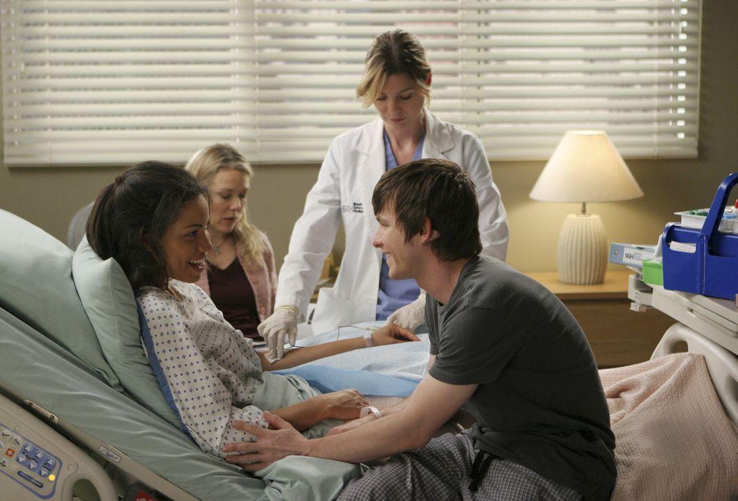 Beth (Jurnee Smollett, l.) und Jeremy (Marshall Allman, r.), die sich während ihrer Krebstherapie im Krankenhaus kennen und lieben gelernt haben, se... - Bildquelle: Michael Desmond Touchstone Television