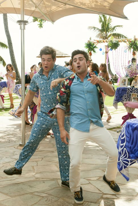 Sorgen auf Familienfeiern immer wieder für Chaos: die Brüder Mike (Adam DeVine, l.) und Dave (Zac Efron, r.) ... - Bildquelle: Gemma Lamana 2016 Twentieth Century Fox Film Corporation.  All rights reserved./Gemma LaMana