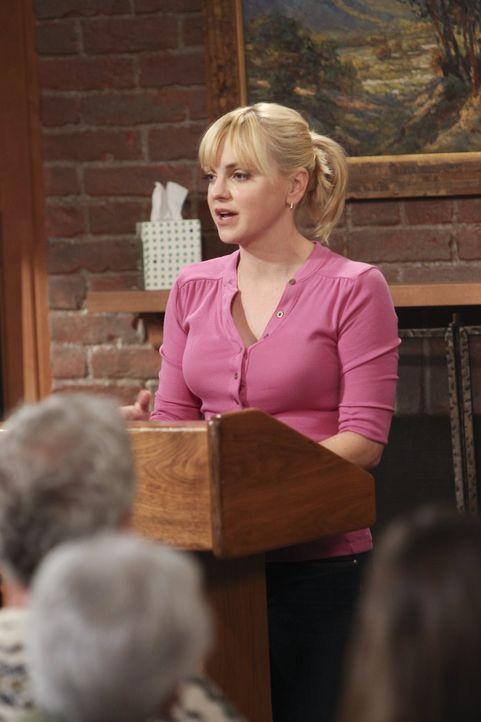 Christy (Anna Faris) spricht bei den Anonymen Alkoholikern über ihre Vergangenheit - dabei schiebt sie die ganze Schuld für ihre Probleme auf ihre M... - Bildquelle: Warner Bros. Television