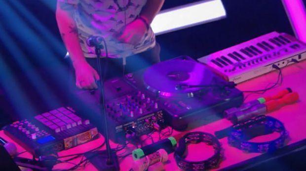 ein DJ Pult von oben und Percussion-Instrumente, die auf dem Tisch liegen