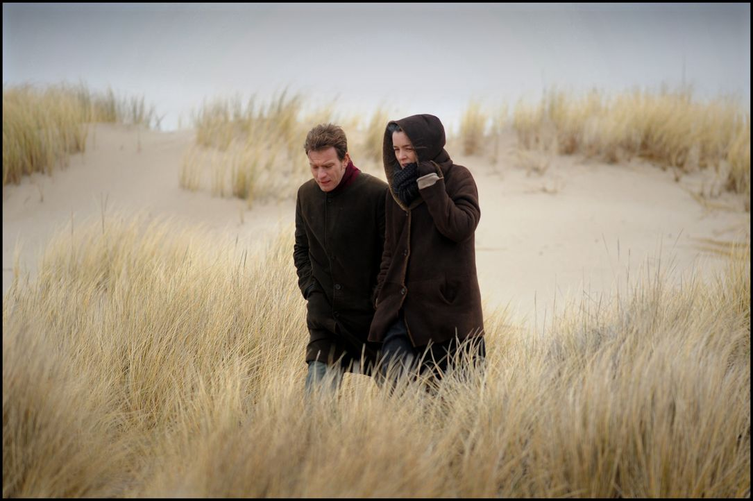 Adam Langs Frau Ruth (Olivia Williams, r.) zweifelt an der Tatsache, dass der Vorgänger des Ghostwriters (Ewan McGregor, l.) Selbstmord begangen hat... - Bildquelle: Kinowelt GmbH