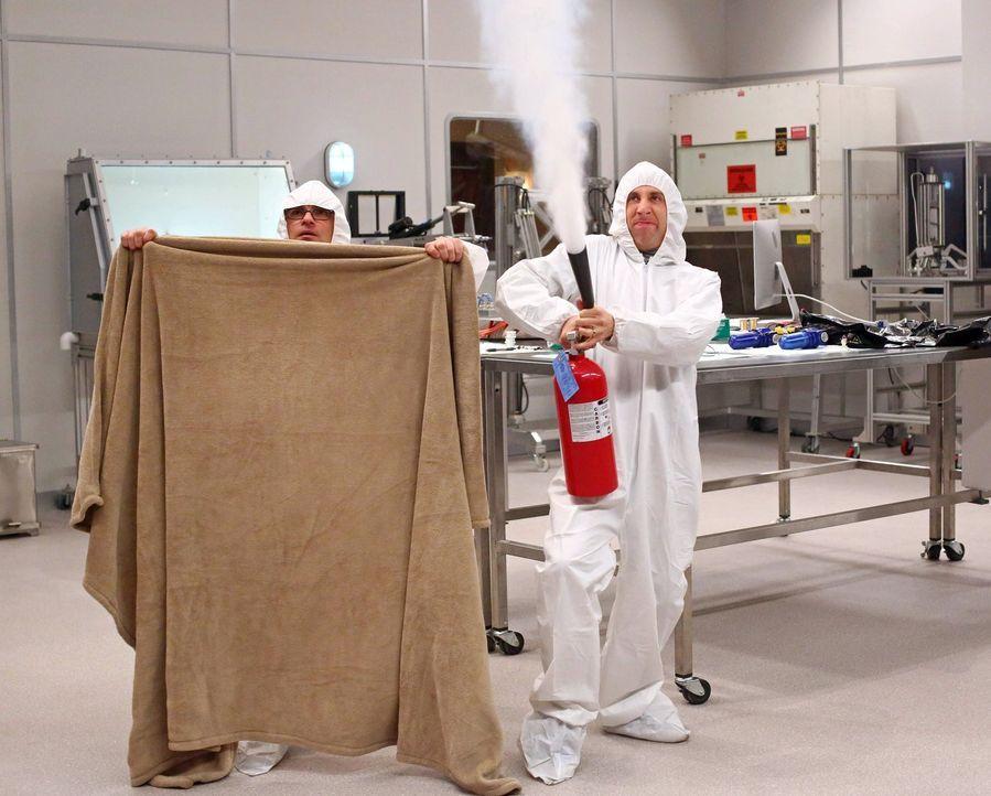 Stehen vor einem großen Problem, als plötzlich ein Vogel in ein steriles Labor kommt: Howard (Simon Helberg, r.) und Leonard (Leonard (Johnny Galeck... - Bildquelle: Warner Bros. Television
