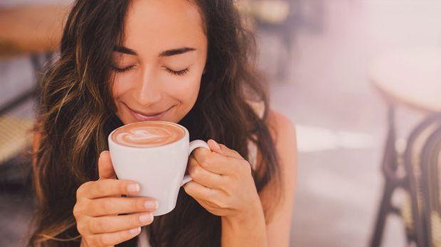 Koffein macht wach und schön zu gleich – warum Ihr Kaffee auch in eurer Haarp...