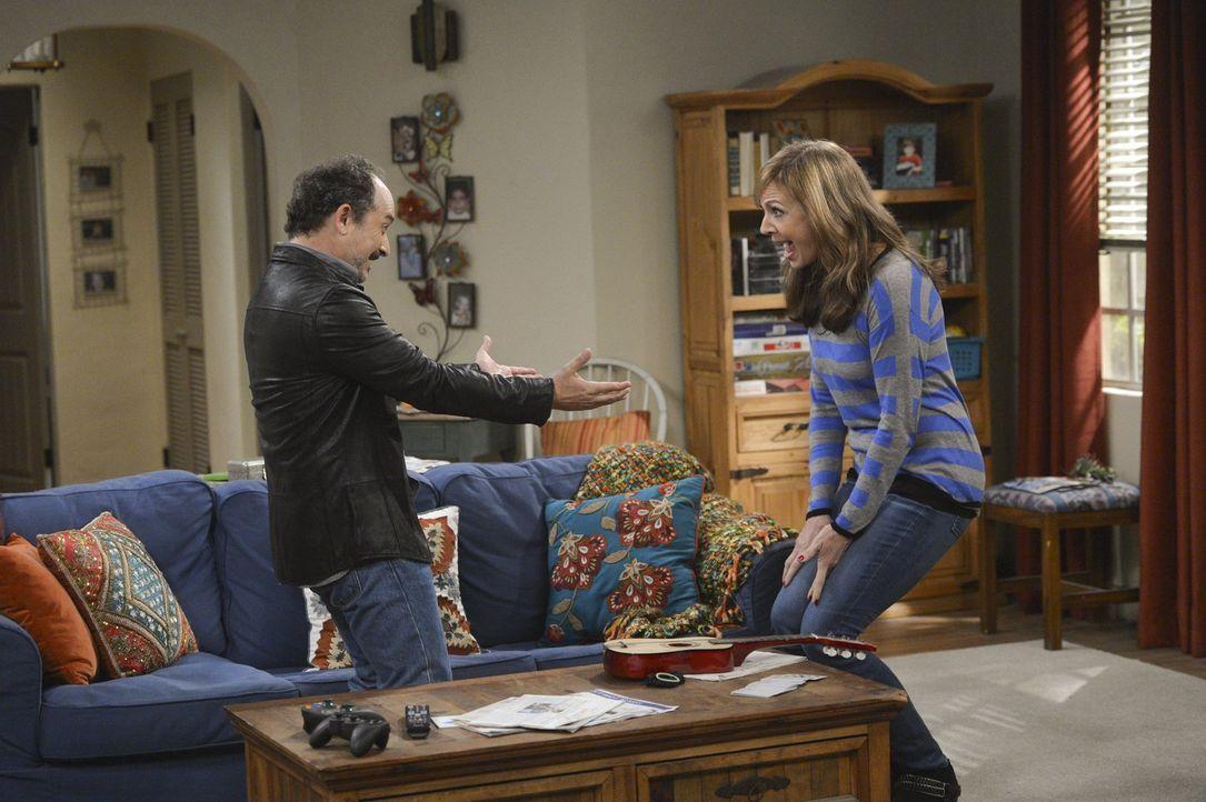 Lassen alte Zeiten wieder aufleben: Bonnie (Allison Janney, r.) und Alvin (Kelvin Pollak, l.) ... - Bildquelle: Warner Bros. Television
