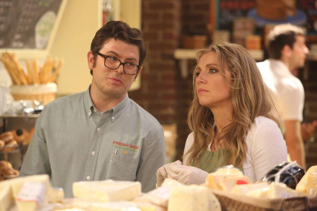 Eigentlich ist sich Gregg (Joe Wengert, l.) sicher, dass Polly (Sarah Chalke, r.) seine schlechteste Mitarbeiterin ist - wird er sie trotzdem beförd... - Bildquelle: 2013 American Broadcasting Companies. All rights reserved.