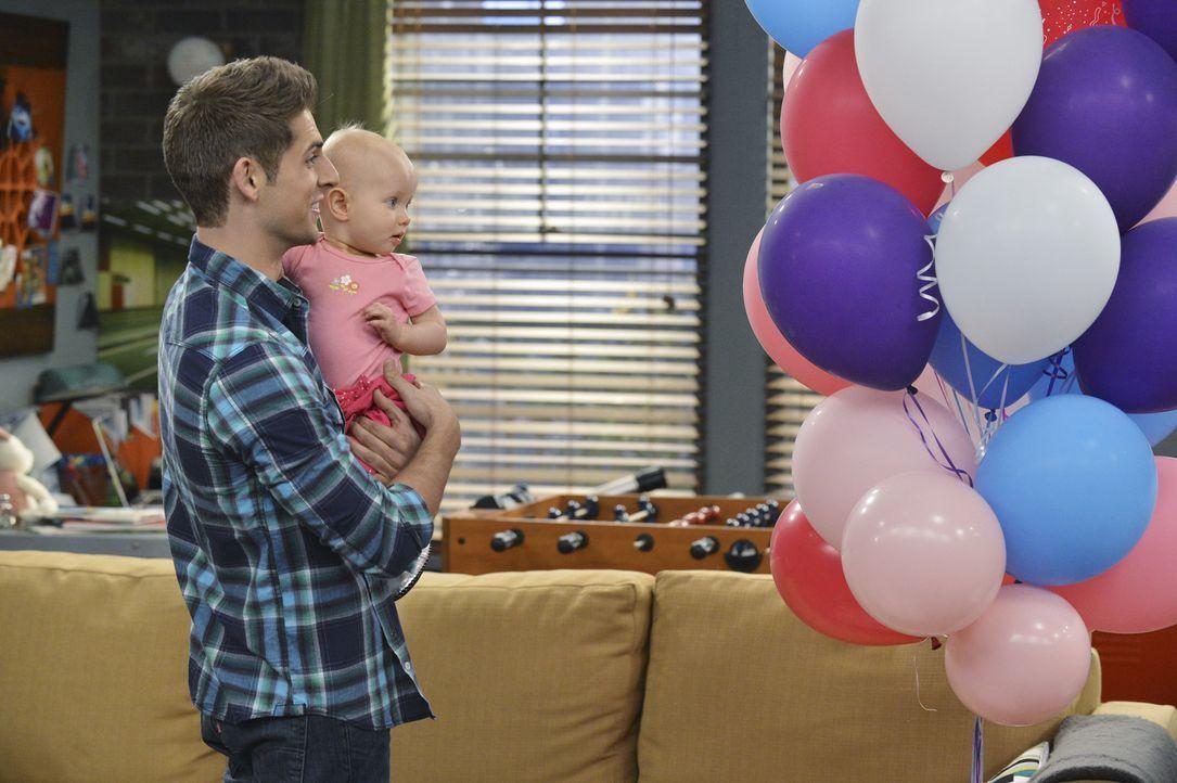 Ben (Jean-Luc Bilodeau, l.); Emma (Zoey und Mila Beske, r.) - Bildquelle: Eric McCandless ABC Family/Eric McCandless