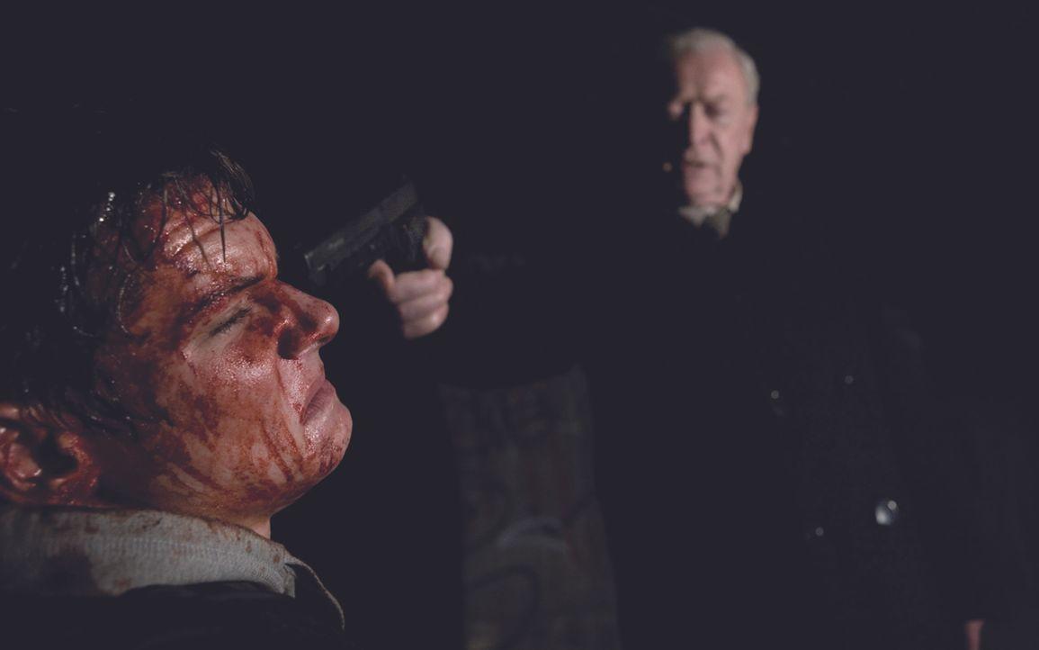 Als der Drogenhändler Marky (Jack O'Connell, l.) Harry Brown (Michael Caine) in die Hände fällt, hat er nichts mehr zu lachen ... - Bildquelle: Ascot Elite Home Entertainment GmbH