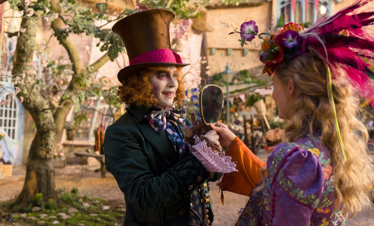 Der Hutmacher (Johnny Depp, l.); Alice (Mia Wasikowska, r.) - Bildquelle: Peter Mountain Disney Enterprises, Inc. All Rights Reserved. / Peter Mountain
