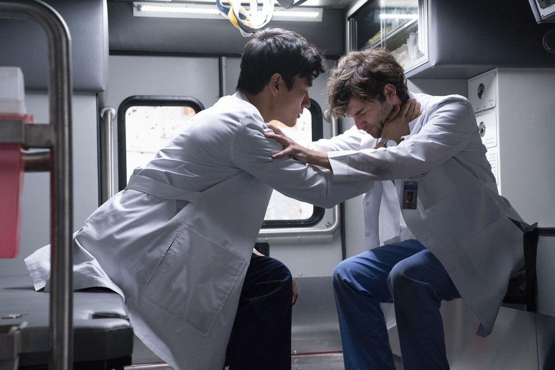 Dr. Nico Kim (Alex Landi, l.); Dr. Levi Schmitt (Jake Borelli, r.) - Bildquelle: Mitch Haaseth ABC Studios