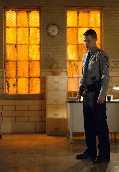 Nachdem er versetzt wurde, nimmt Gordon (Ben McKenzie) seine Arbeit im Arkham Asylum auf ... - Bildquelle: Warner Bros. Entertainment, Inc.