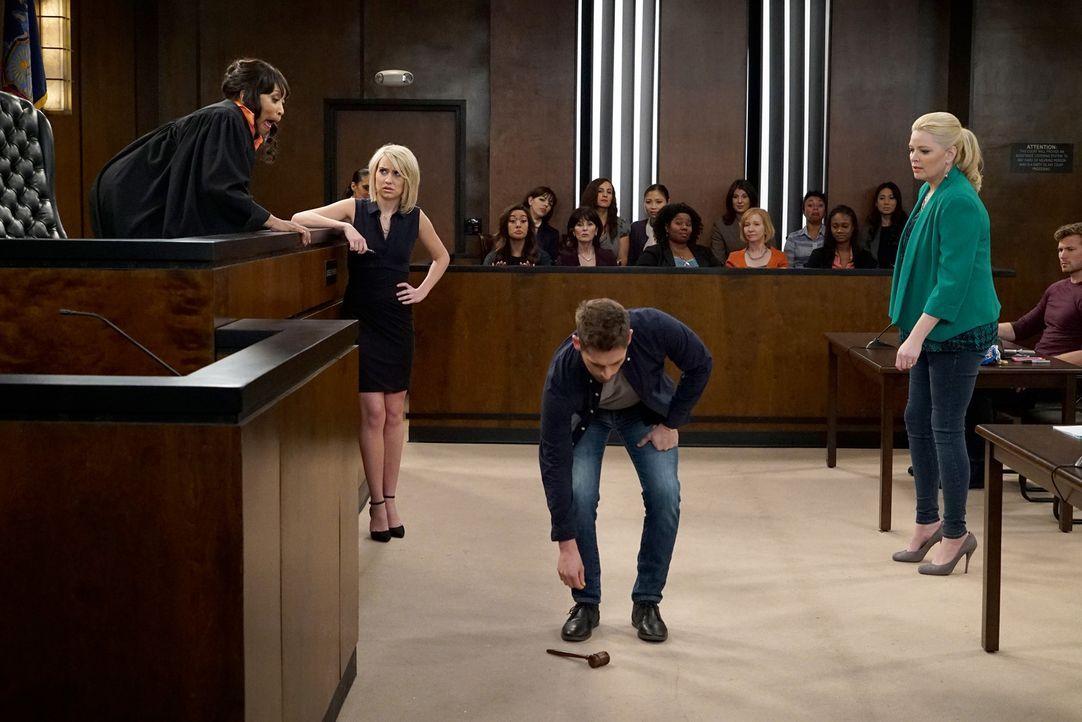 Überraschend wird Ben Wheeler (Jean-Luc Bilodeau, M.) als Zeuge aufgerufen: Wird er die Anklage von Riley Perrin (Chelsea Kane, 2.v.l.) unterstützen... - Bildquelle: Eric McCandless ABC Family